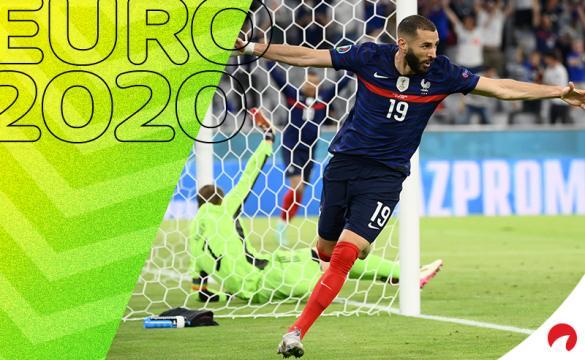 Karim Benzema celebra un gol de Francia en la Euro 2020. Conoce los pronósticos del Hungría Vs Francia.