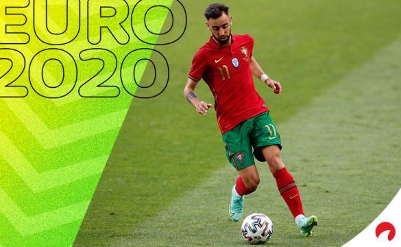 Bruno Fernandes conduce un balón con Portugal en la Euro 2020. Conoce los pronósticos del Portugal vs Alemania.