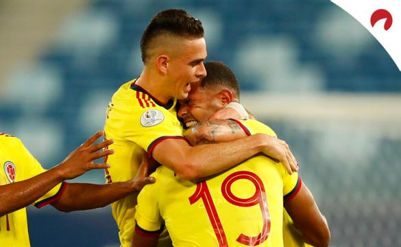 Santos Borré se abraza a sus compañeros en la Copa América 2021. Conoce los pronósticos del Colombia Vs Perú