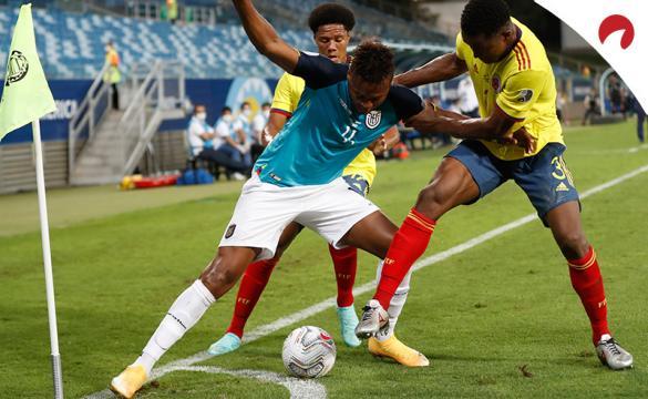 Jugador de Ecuador trata de zafarse de defensas en la Copa América 2021. Conoce los pronósticos del Venezuela Vs Ecuador