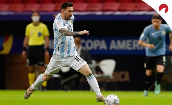 Messi conduce un balón con Argentina en la Copa América 2021. Conoce los pronósticos del Argentina vs Paraguay.