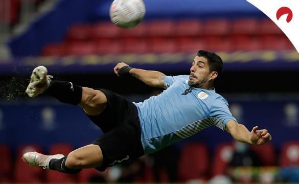 Luis Suárez remata acrobáticamente con Uruguay en la Copa América 2021. Conoce los pronósticos del Bolivia vs Uruguay.