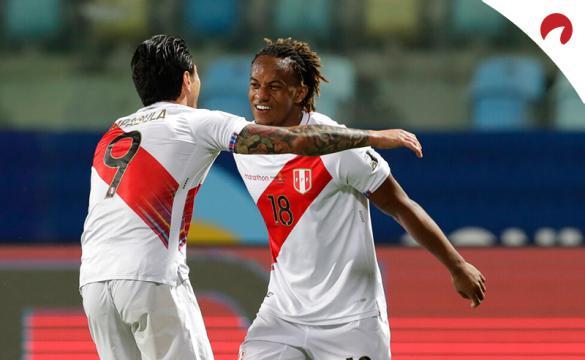 Andre Carrillo (derecha) celebra un gol en la Copa América 2021. Conoce los pronósticos del Venezuela vs Perú.