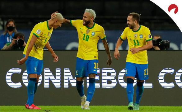 Neymar, en el centro, celebra un gol con Brasil en la Copa América 2021. Conoce los pronósticos del Brasil vs Ecuador.