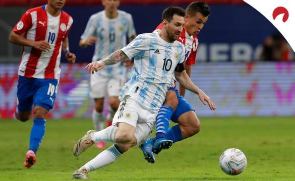 Messi conduce un balón con Argentina en la Copa América 2021. Conoce los pronósticos del Bolivia vs Argentina.