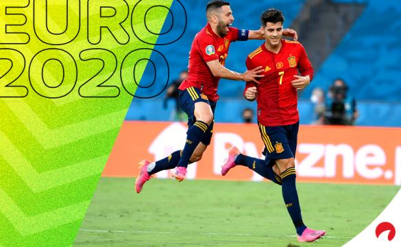 Jordi Alba (izquierda) salta sobre Morata para celebrar un gol. Conoce los pronósticos del Croacia vs España.