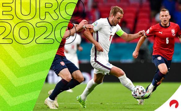 Harry Kane,en el centro, conduce un balón en la Euro 2020. Conoce los pronósticos del Inglaterra vs Alemania.