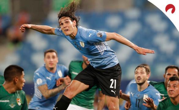 Edinson Cavani salta para rematar de cabeza en la Copa América 2021. Conoce los pronósticos del Uruguay vs Paraguay.