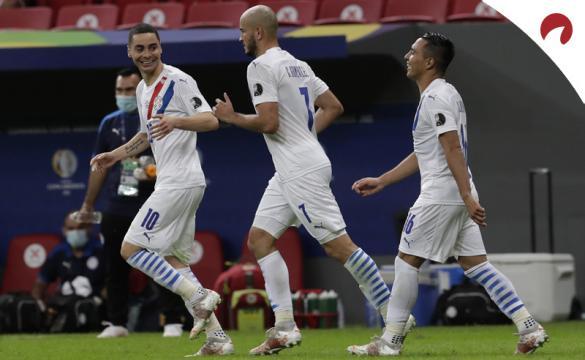 Miguel Almirón, a la izquierda, celebra un gol en la Copa América 2021. Cuotas Perú vs Paraguay.