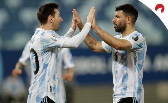 Messi (izquierda) y Agüero celebran un gol en la Copa América 2021. Conoce los pronósticos del Argentina vs Ecuador.