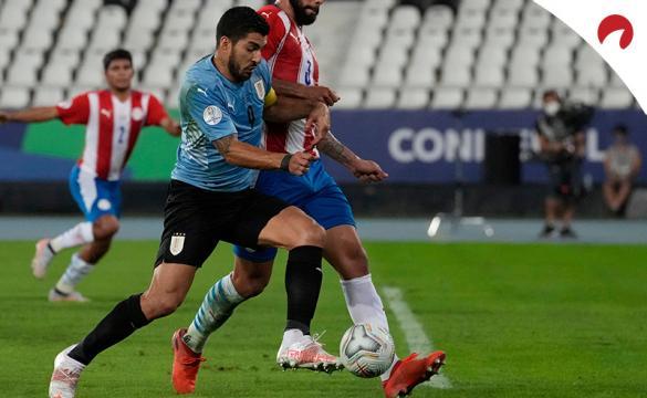 Luis Suárez disputa un balón ante Paraguay en la Copa América 2021. Conoce los pronósticos del Uruguay vs Colombia.