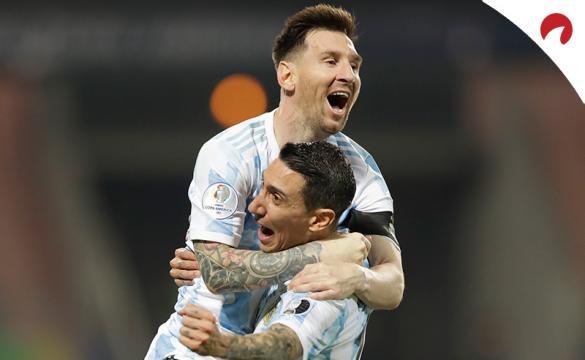 Leo Messi (arriba) abraza a Di María en la Copa América 2021. Conoce los pronósticos del Argentina vs Colombia.
