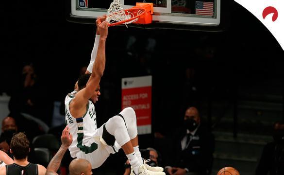 Giannis Antetokounmpo realiza un mate en un partido de la NBA. Conoce los pronósticos del Suns vs Bucks.