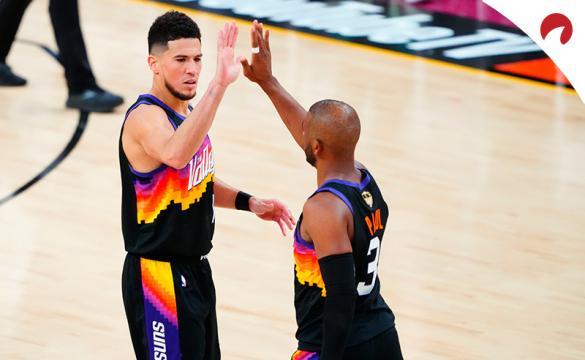 Devin Booker (izquierda) y Chris Paul chocan las palmas en las Finales de la NBA. Mira los pronósticos del Suns vs Bucks