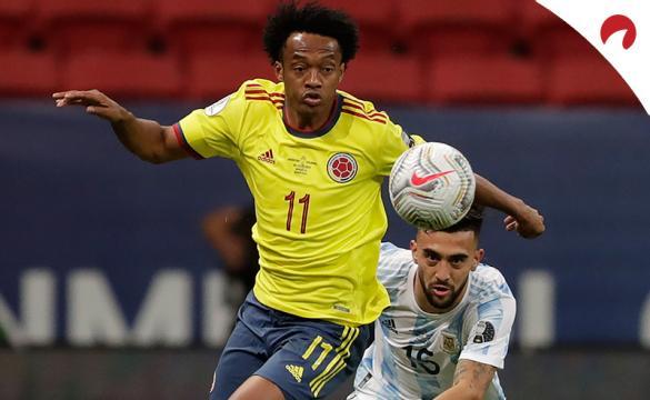 Juan Cuadrado pelea por un balón en la Copa América 2021. Conoce los pronósticos del Colombia vs Perú.