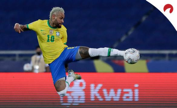 Neymar Jr. remata un balón en el aire en la Copa América 2021. Conoce los pronósticos del Argentina vs Brasil