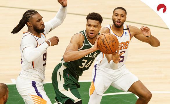 Giannis Antetokounmpo en el centro en un partido de las finales de la NBA. Encuentra los pronósticos del Bucks vs Suns.
