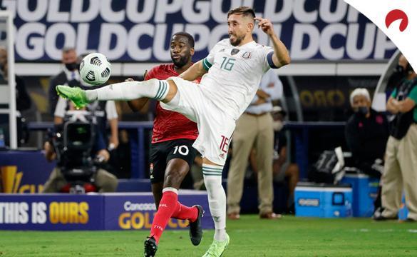 Héctor Herrera controla un balón. Conoce los pronósticos del Guatemala vs México de la Copa Oro 2021.