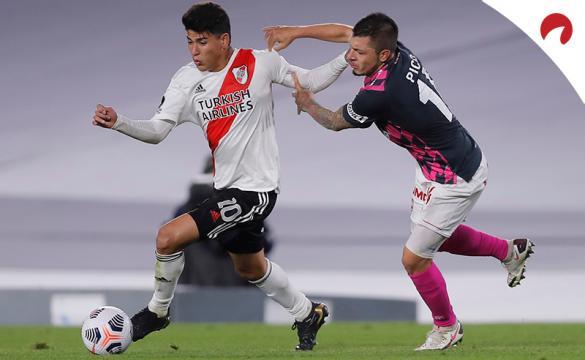 Jorge Andres pelea por un balón en la Copa Libertadores. Mira los pronósticos del River Plate vs Argentinos Juniors.