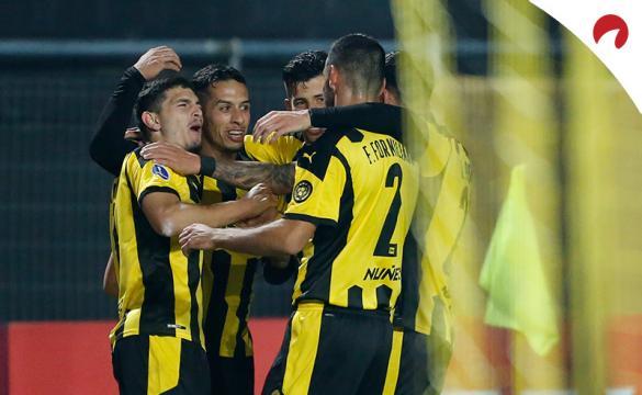 Jugadores de Peñarol celebran un gol. Conoce los pronósticos del Nacional vs Peñarol de la Copa Sudamericana