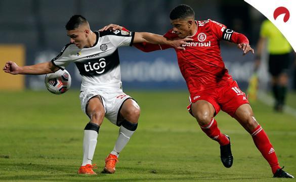Braian Ojeda, izquierda, y Taison en un duelo de la Libertadores. Conoce los pronósticos del Olimpia vs Internacional
