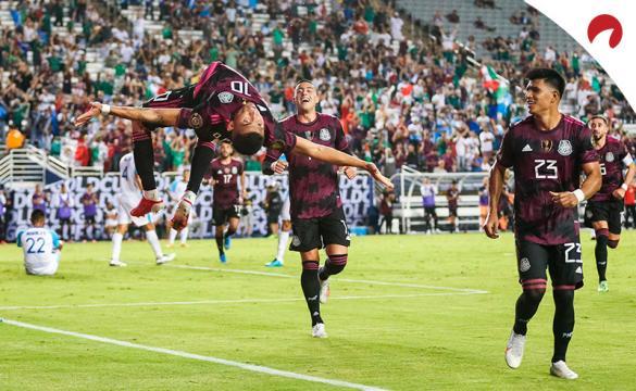 Orbelín Pineda (izquierda) celebra un gol en la Copa Oro. Conoce los pronósticos del México vs El Salvador.