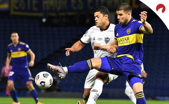 Hulk en el centro, pelea por un balón con Weigandt (derecha). Mira los pronósticos del Atlético Mineiro vs Boca Juniors.