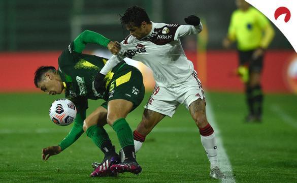 Matías Rodríguez (izq) trata de cubrir un balón ante Michael. Conoce los pronósticos del Flamengo vs Defensa y Justicia.