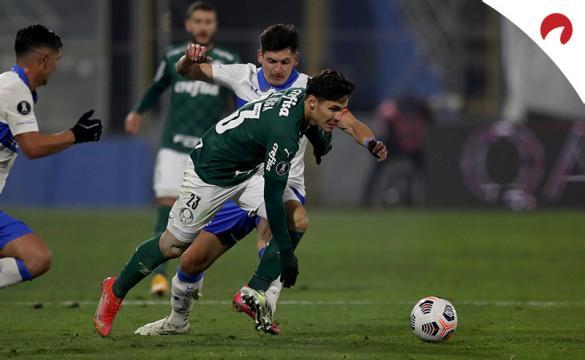 Raphael Veiga, al frente, trata de sortear unos rivales. Mira los pronósticos del Palmeiras vs Universidad Católica.