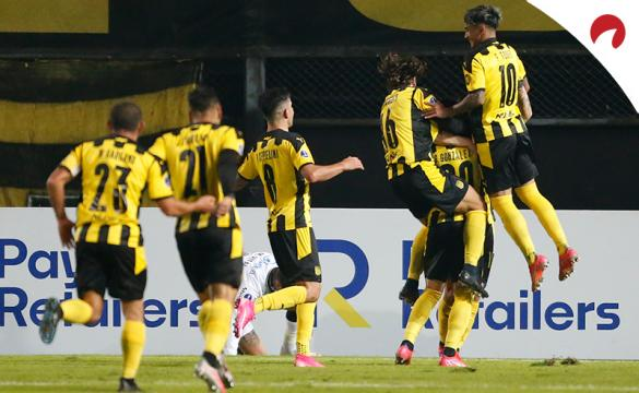 Jugadores de Peñarol celebran un gol en la Sudamericana. Conoce los pronósticos del Peñarol vs Nacional.