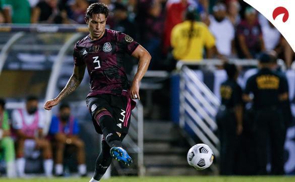 Carlos Salcedo realiza un pase en un partido de la Copa Oro 2021. Conoce los pronósticos del México vs Honduras.