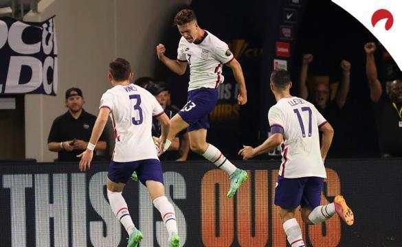 Matthew Hoppe (centro) celebra un gol durante la Copa Oro 2021. Conoce los pronósticos del Qatar vs Estados Unidos.