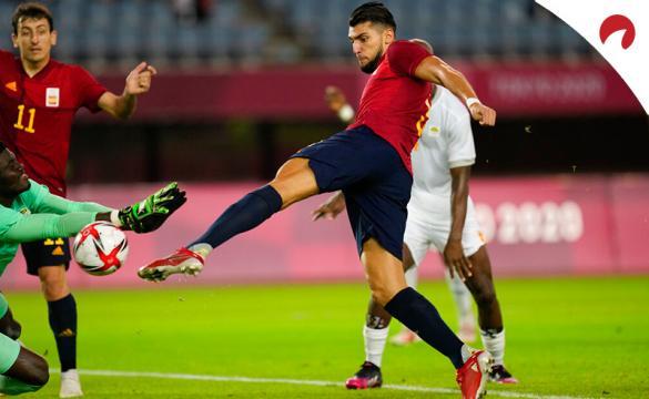 Rafa Mir chuta a portería en un partido de los Juegos Olímpicos. Conoce los pronósticos del Japón vs España.