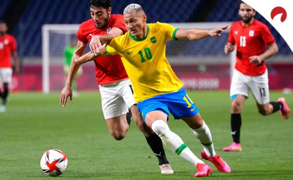 Richarlison disputa un balón en los Juegos Olímpicos. Conoce las cuotas y los pronósticos del México vs Brasil.