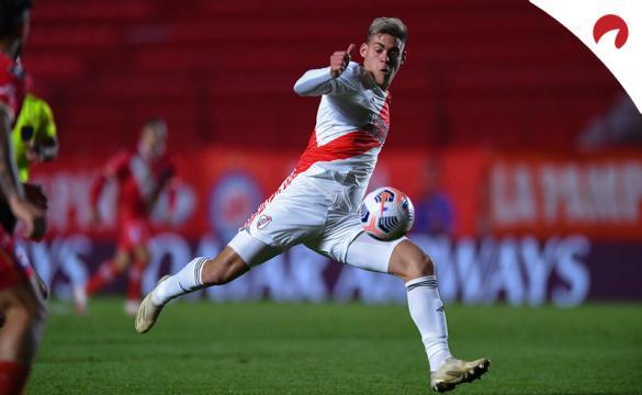 Federico Girotti trata de disparar a portería. Conoce los pronósticos del Boca Juniors vs River Plate de la Copa Argentina.