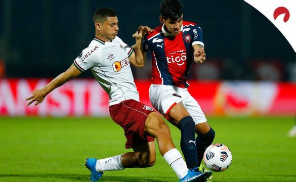 Gabriel Teixeira (izquierda) pelea un balón con Robert Morales. Conoce los pronósticos del Fluminense vs Cerro Porteño.