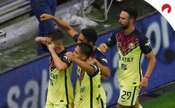 Alvaro Fidalgo (8) y sus compañeros celebran un gol en el Apertura 2021. Conoce los pronósticos del Club América vs Puebla.