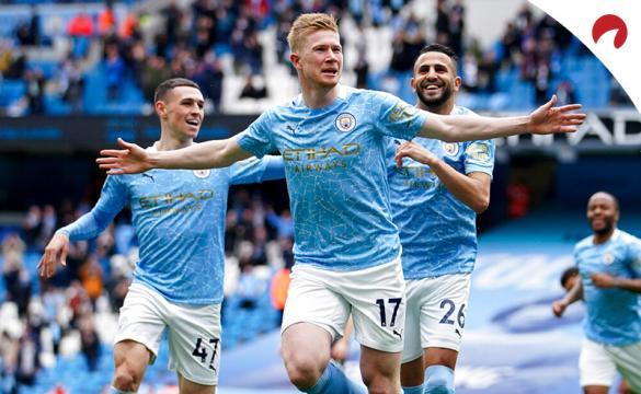 Kevin de Bruyne (centro) celebra un gol con los citizens, favoritos en los pronósticos para el Leicester vs Manchester City.