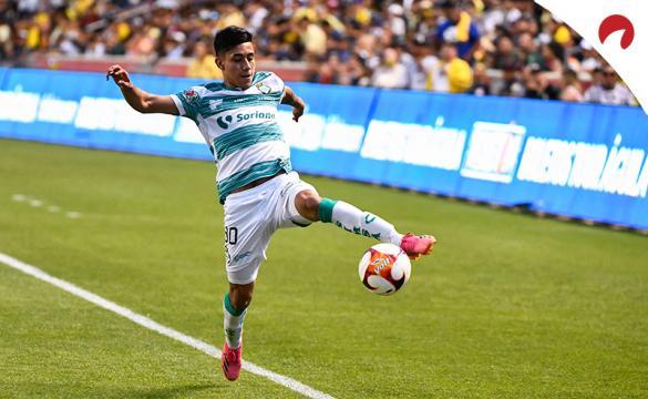 Omar Campos controla un balón en la banda. Conoce las cuotas y los pronósticos del Tigres UANL vs Santos Laguna