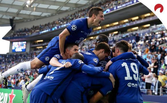 Los jugadores del Chelsea se apiñan para celebrar un gol. Conoce los pronósticos de la Supercopa de Europa 2021.