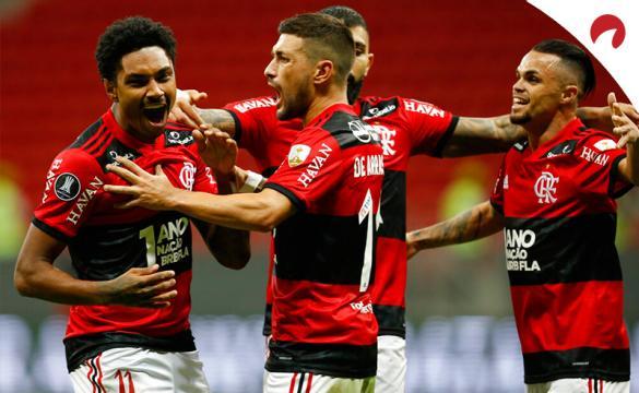 Vitinho (izquierda) celebra un gol en la Copa Libertadores. Conoce los pronósticos del Club Olimpia vs Flamengo y las cuotas.
