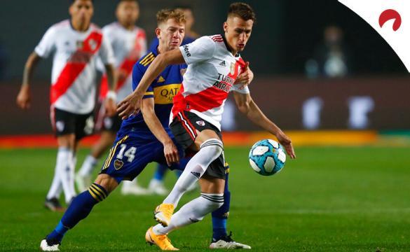 Braian Romero protege un balón en un partido de River. Conoce los pronósticos del River Plate vs Atlético Mineiro.