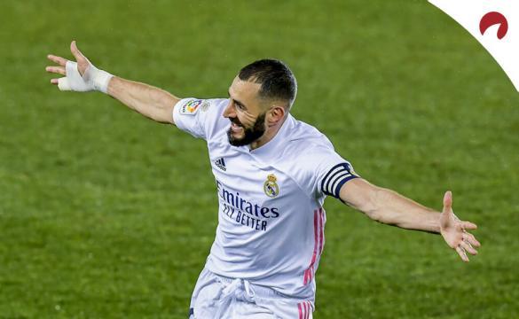 Karim Benzema celebra un gol en la imagen. Cuotas y picks Alavés vs Real Madrid, LaLiga Santander.