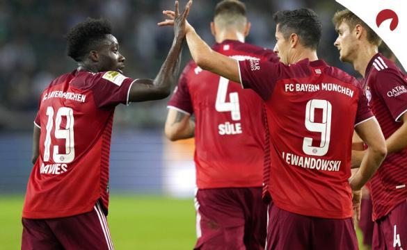 Lewandowski y Davies celebran un gol en la Bundesliga. Cuotas Borussia Dortmund vs Bayern Múnich.