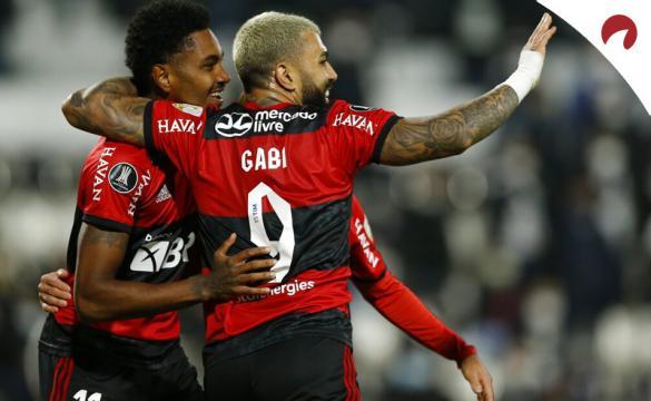 Gabriel Barbosa y Vitinho celebran un gol abrazados. Cuotas Flamengo vs Olimpia, Copa Libertadores.