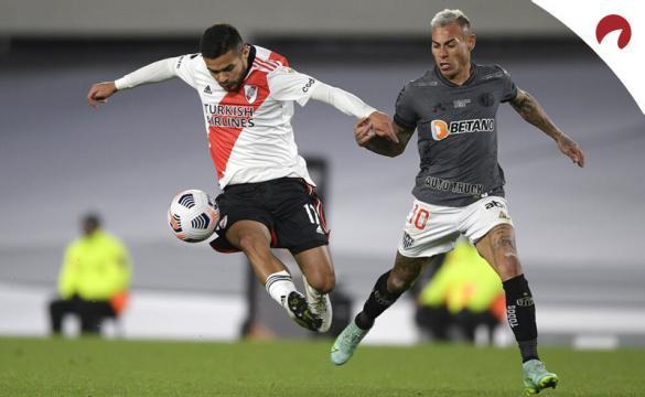 Paulo Díaz y Vargas pelean por controlar el balón. Cuotas y picks Atlético Mineiro vs River Plate.
