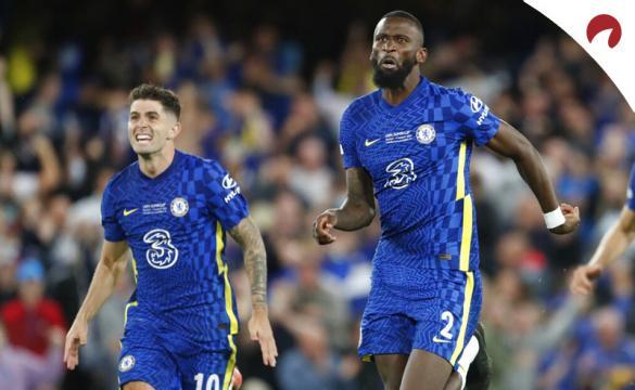 Rudiger y Pulisic corren para celebrar la victoria. Cuotas Arsenal vs Chelsea de la Premier League.