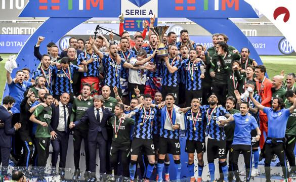 Los jugadores del Inter levantan la copa de campeones. Cuotas para ganar la Serie A 2021-22.