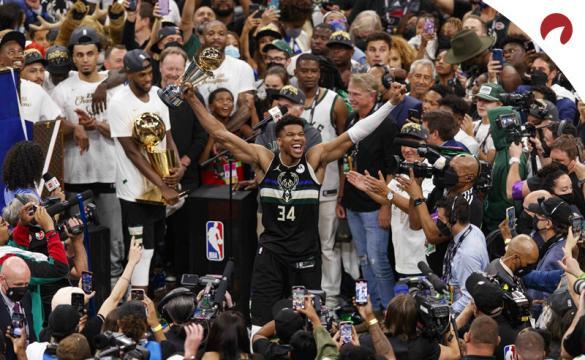 Giannis Antetokounmpo celebra el Anillo con los Bucks. Cuotas al ganador de la NBA 2021-22.