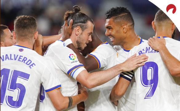 Gareth Bale (izq) y Casemiro (der) celebran un gol en LaLiga. Conoce las cuotas y pronósticos del Betis Vs Real Madrid.